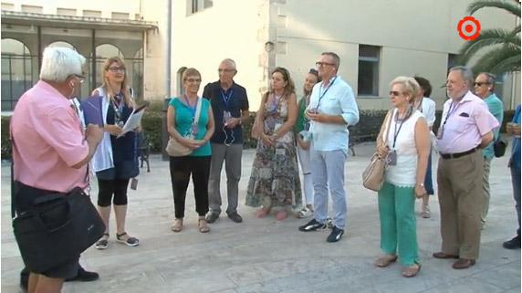 L'Aguicat, Associació de Guies Turístics de Catalunya, reivindica el turisme de qualitat amb visites guiades gratuïtes per diverses ciutats catalanes com Barcelona, Reus, Tarragona, Lleida o Girona, entre d'altres.